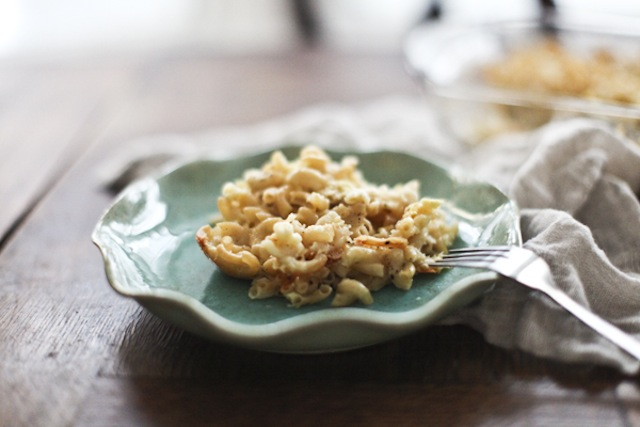 Mac and cheese on a blue plate