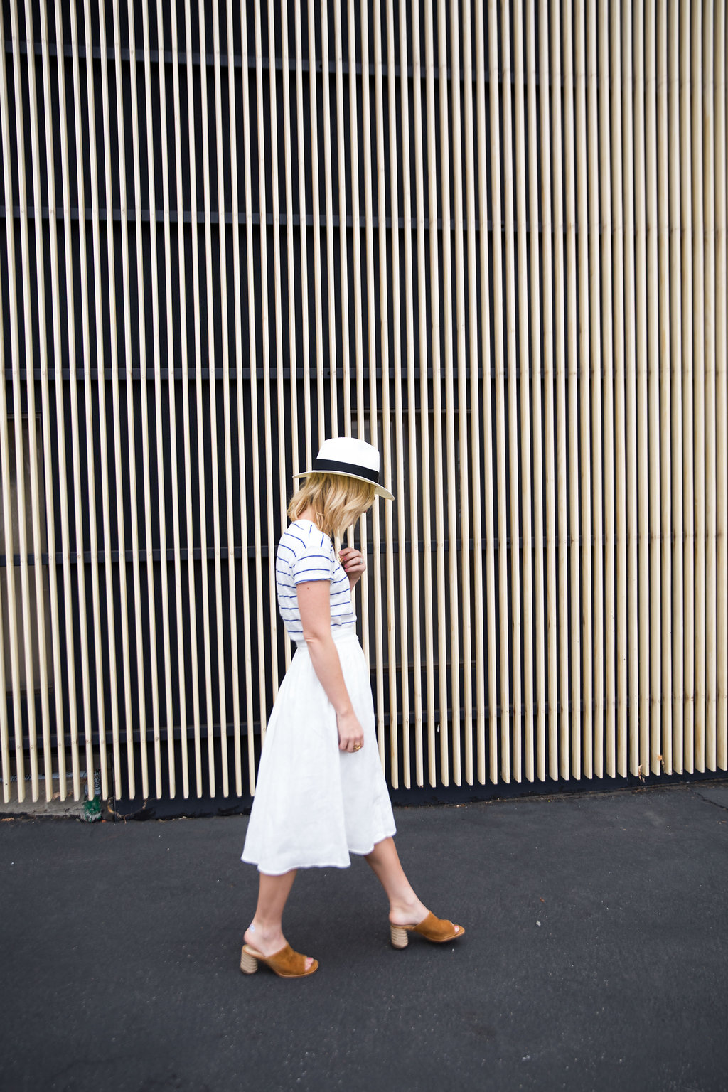 how_to_style_a_white_linen_skirt_with_tee_2