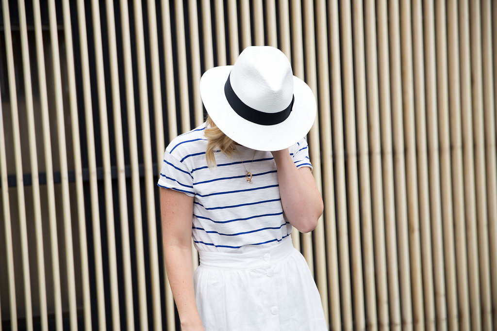 how_to_style_a_white_linen_skirt_with_tee_3