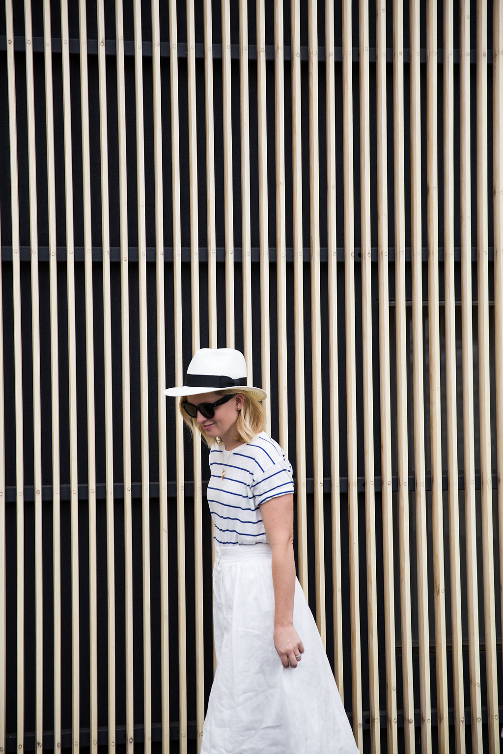 how_to_style_a_white_linen_skirt_with_tee_3b