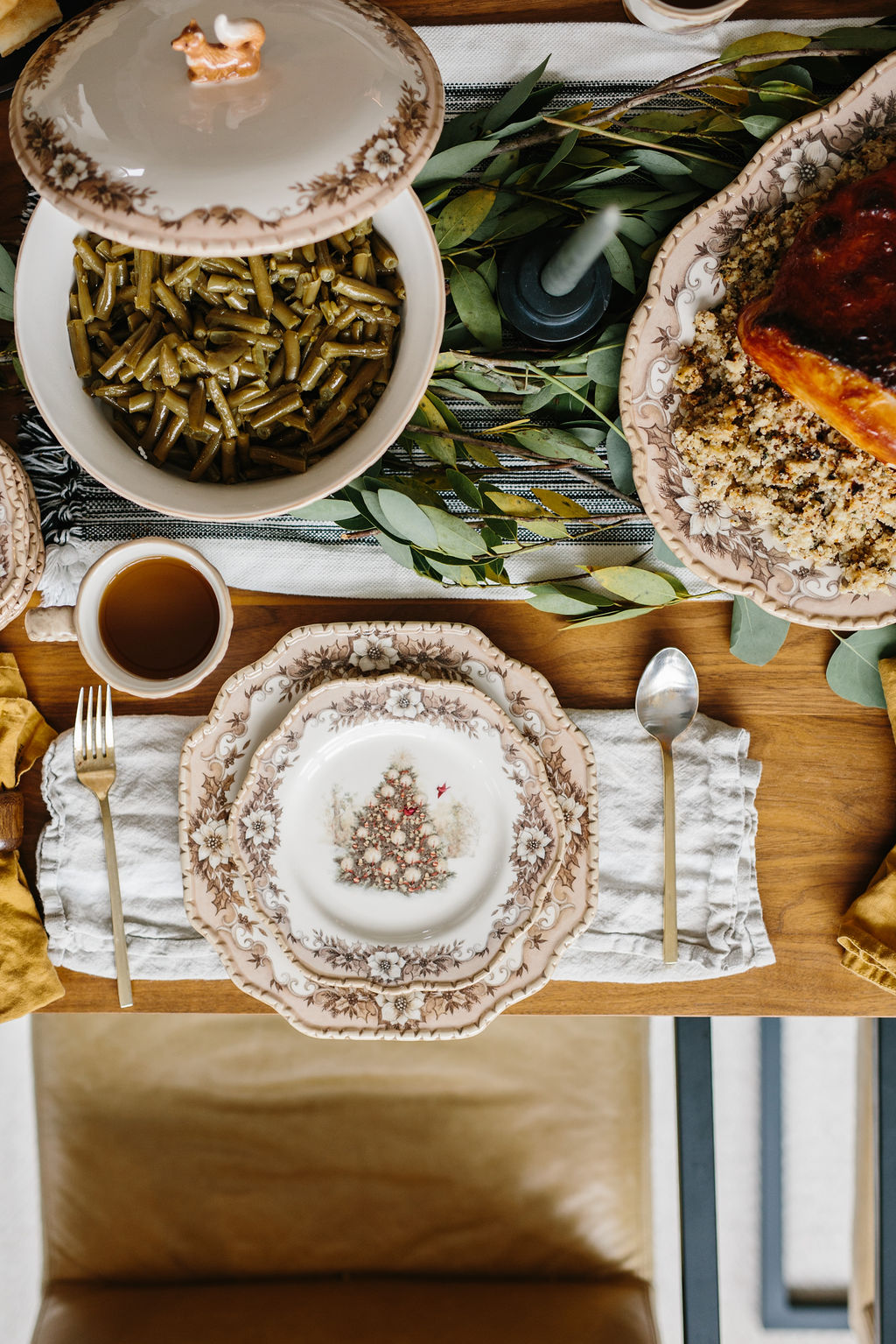 Friendsgiving table setting ideas